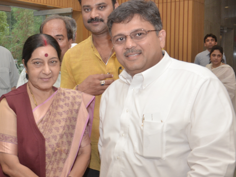 Pranav Desai with Sushma ji, H'ble Cabinet Minister for External Affairs, Govt of India